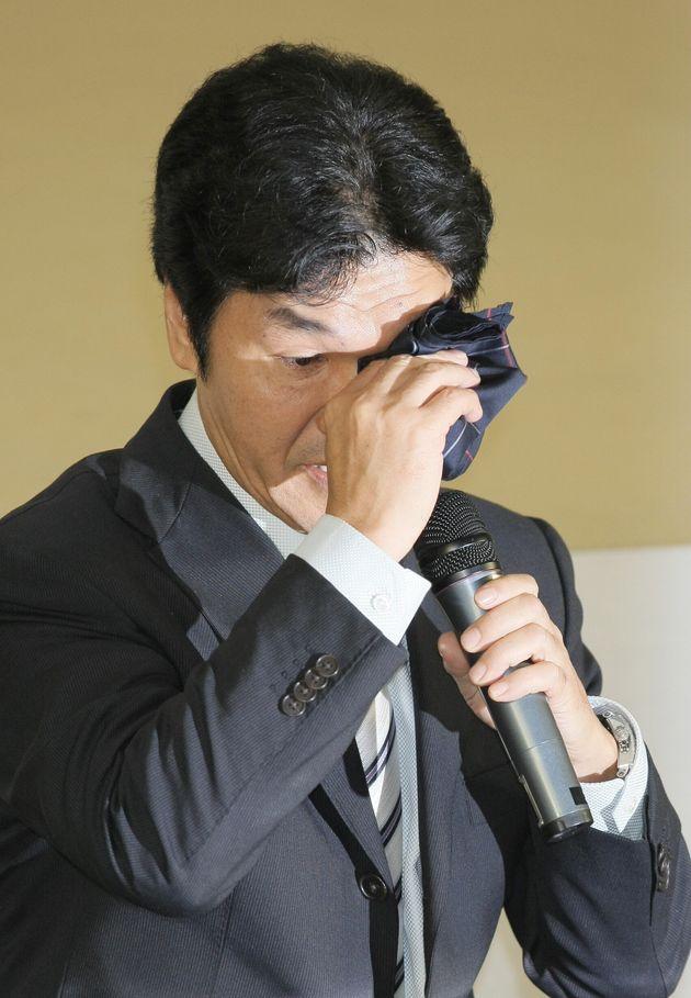 暴力団関係者との交際を認め、芸能界引退を発表。記者会見で涙を拭う島田紳助氏=2011年8月23日夜、東京・新宿区