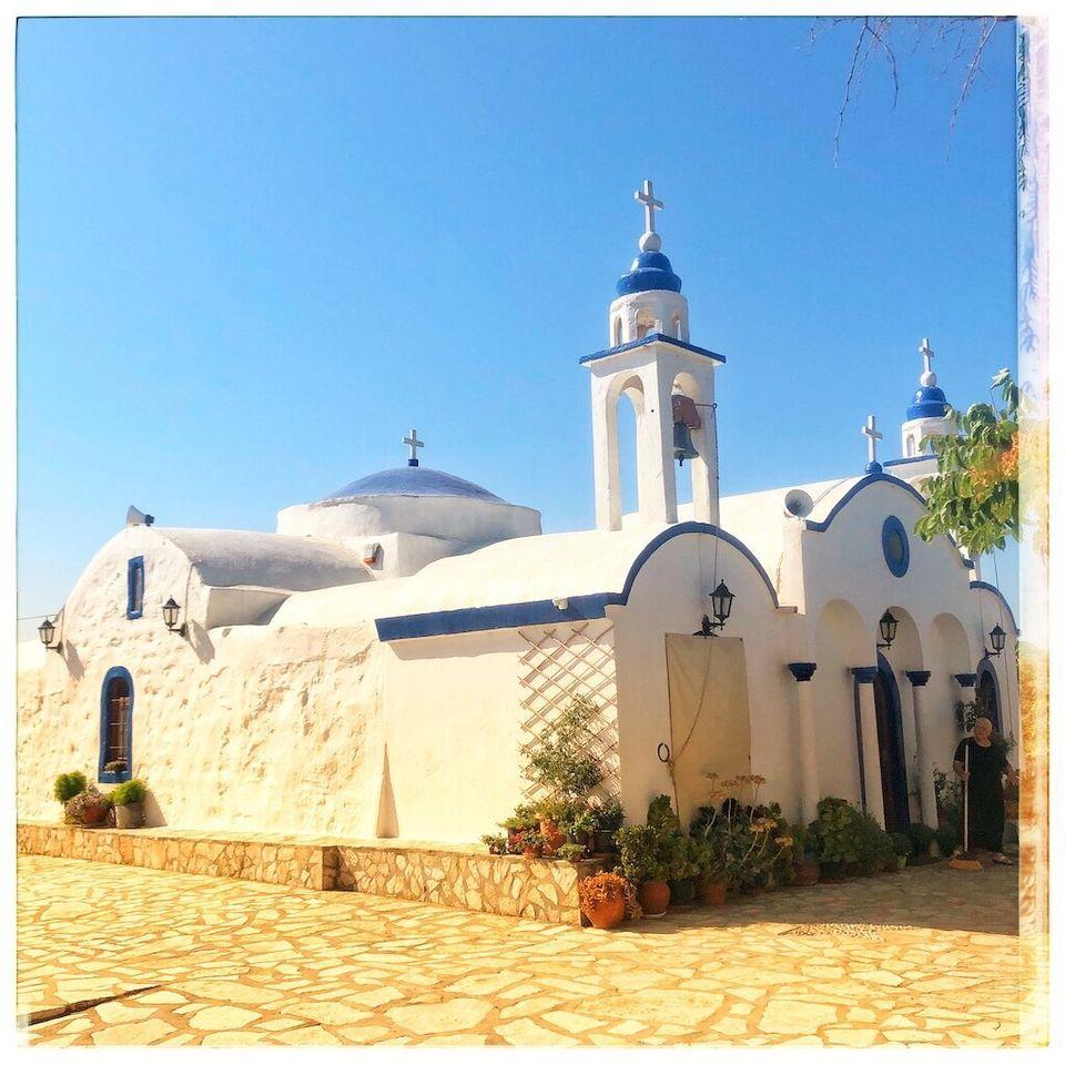 In tutto sull'isola ci sono 48 chiesette bianche e