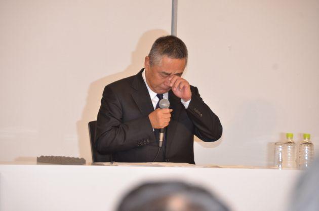 涙をぬぐう吉本興業の岡本昭彦社長