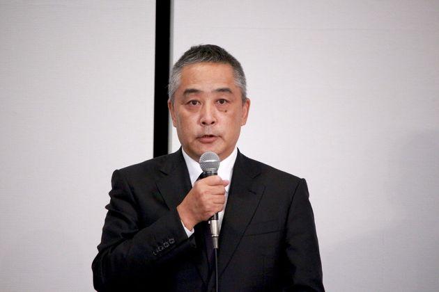 記者会見で謝罪する岡本昭彦社長