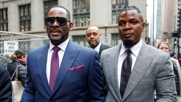 Grammy-winning R&B star R. Kelly leaves the Cook County courthouse, next to his publicist Darrell Johnson, after a hearing in his child support case in Chicago, Illinois, U.S. March 13, 2019. REUTERS/Kamil Krzaczynski