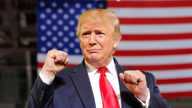 El presidente Donald Trump llega al escenario de la Arena Williams en Greenville, Carolina del Norte, el miércoles 17 de julio de 2019. (Foto AP/Carolyn Kaster)
