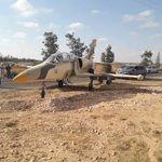 Un avion militaire libyen, appartenant aux forces du Maréchal Haftar, atterrit en pleine route à