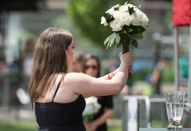 Quinn Fallon s'apprête à déposer un bouquet de fleurs à la mémoire...