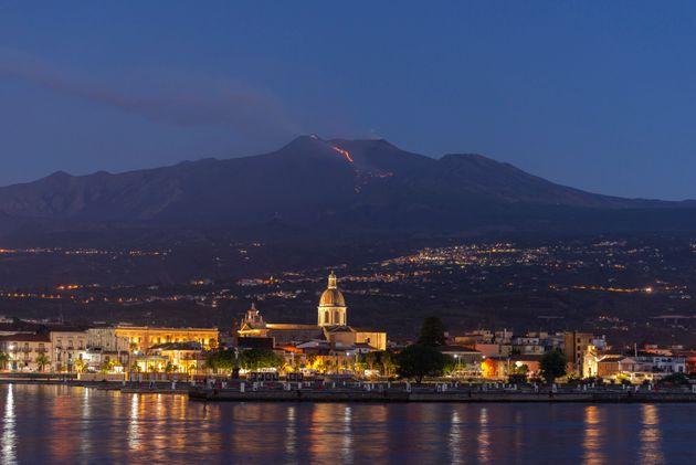 En arrière-plan, le volcan Etna, en