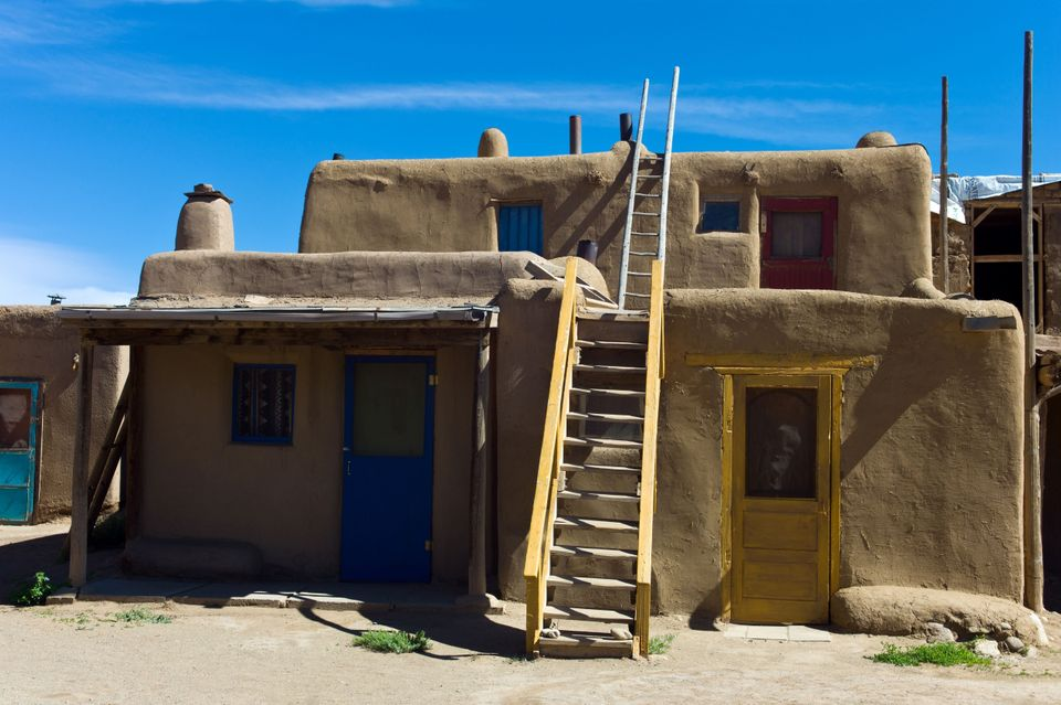 Une maison à deux niveaux avec