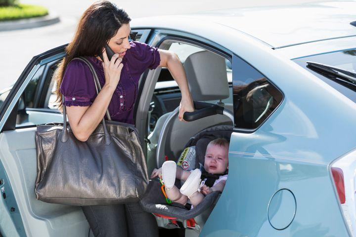 Le stress peut avoir un impact sur notre mémoire et sur la durée de notre attention, ce qui fait que des parents stressés ont plus de chances d'oublier leur enfant dans la voiture.