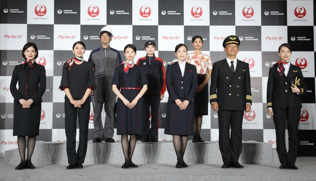 新制服を披露する日本航空(JAL)の客室乗務員ら=23日、東京都大田区。左から2番目の女性が着用しているのが、女性の客室乗務員に新たに採用されたパンツスタイルだ。