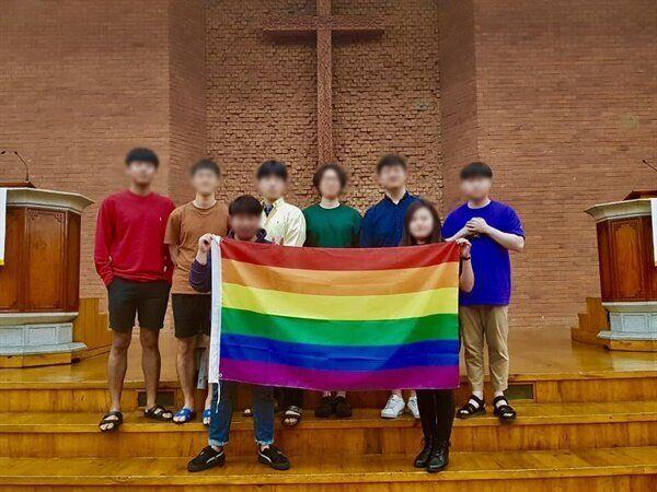 장로회신학대 대학원생 4명은 지난해 5월 17일 무지개색 옷을 입고 찍은 사진을 SNS에 올렸다는 이유로 정학을 포함한 징계를
