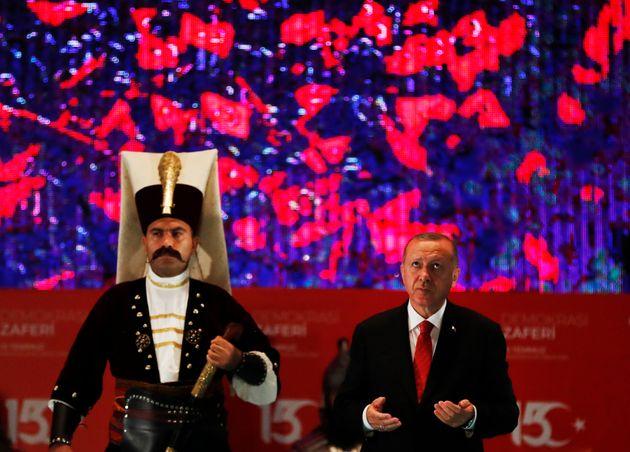 Οι Έλληνες σχολιάζουν τα περί θανάτου του #erdogan που έγινε κορυφαίο hashtag στο