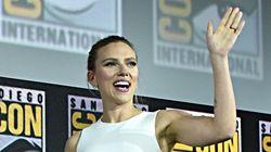 Scarlett Johansson presume de 'anillaco' de compromiso en la Comic Con de San