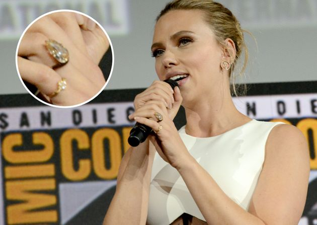 Scarlett Johansson presume de anillo de compromiso en la Comic Con de San