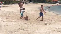 I bambini giocano a calcio con un signore in spiaggia. Poi scoprono che è