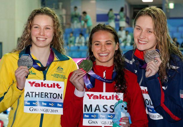 La médaillée d'or canadienne Kylie Masse, au centre, se tient aux côtés de...