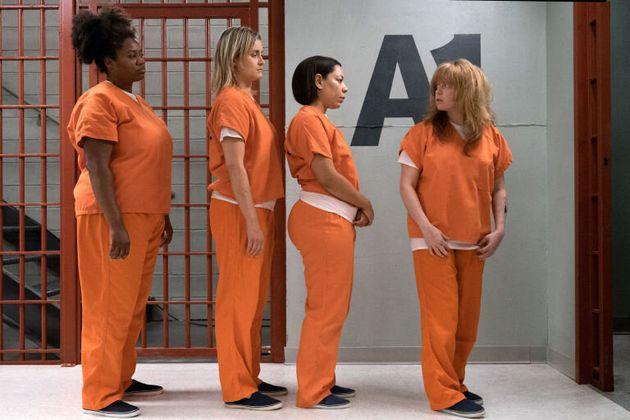 Aux États-Unis, les prisonniers sont souvent habillés en orange pour être identifiés,...