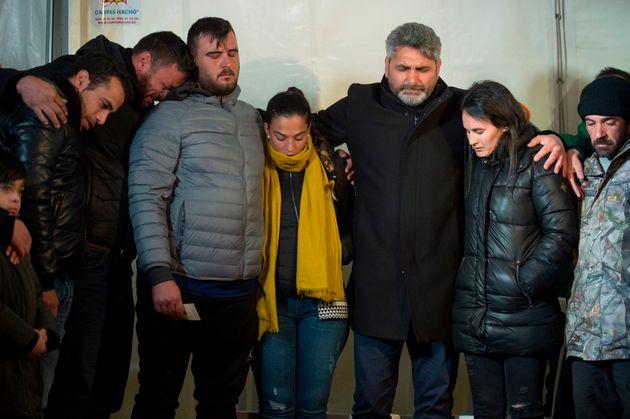 Los padres de Julen, en el centro, durante una vigilia en Totalán, horas antes de que se localizase...