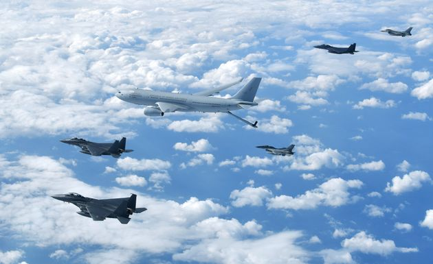KC-330 공중급유기가 공군의 주력 F-15K, KF-16 전투기와 함께 비행하고