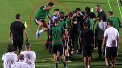 Cristiano, che combini? Il tifoso fa invasione e Ronaldo salta addosso al poliziotto (che non la prende