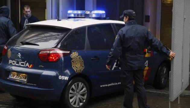 Un hombre asesina a su pareja y se entrega en una comisaría en
