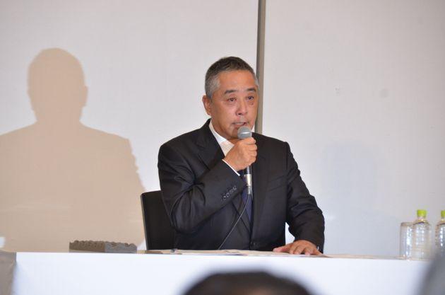 会見する吉本興業の岡本社長