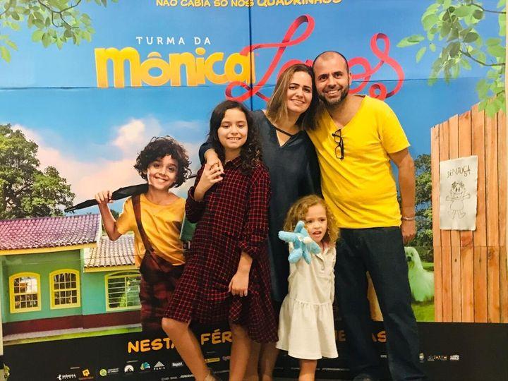 Isabella (esq.) comemorou em família seu aniversário de 10 anos assistindo ao novo filme da Turma da Mônica.