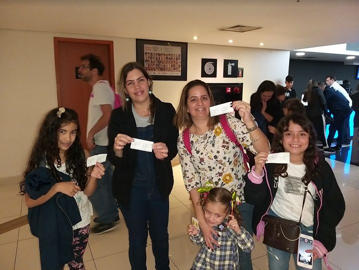 Carolina e amigos testam pela segunda vez recursos de acessibilidade dos cinemas