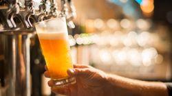 Un bicchiere di birra gratis a chi raccoglie i mozziconi di