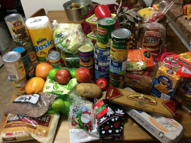 Exemple de produits récoltés par Nina McCollum dans une banque alimentaire