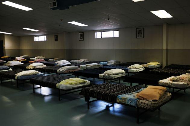 4 juin 2019, Gallup, Nouveau-Mexique. Des lits de camp sont installés dans un refuge qui propose...