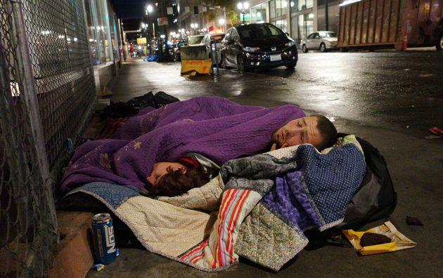 Un couple dort dans une rue du centre-ville de Portland, dans l'Oregon, en 2017. Une étude...