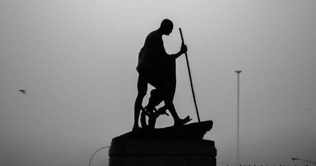 Una estatua de