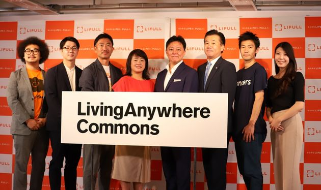 LACの発表会には、井上社長(右から4人目)のほか、参画企業や協力団体の関係者も出席した=7月3日、東京
