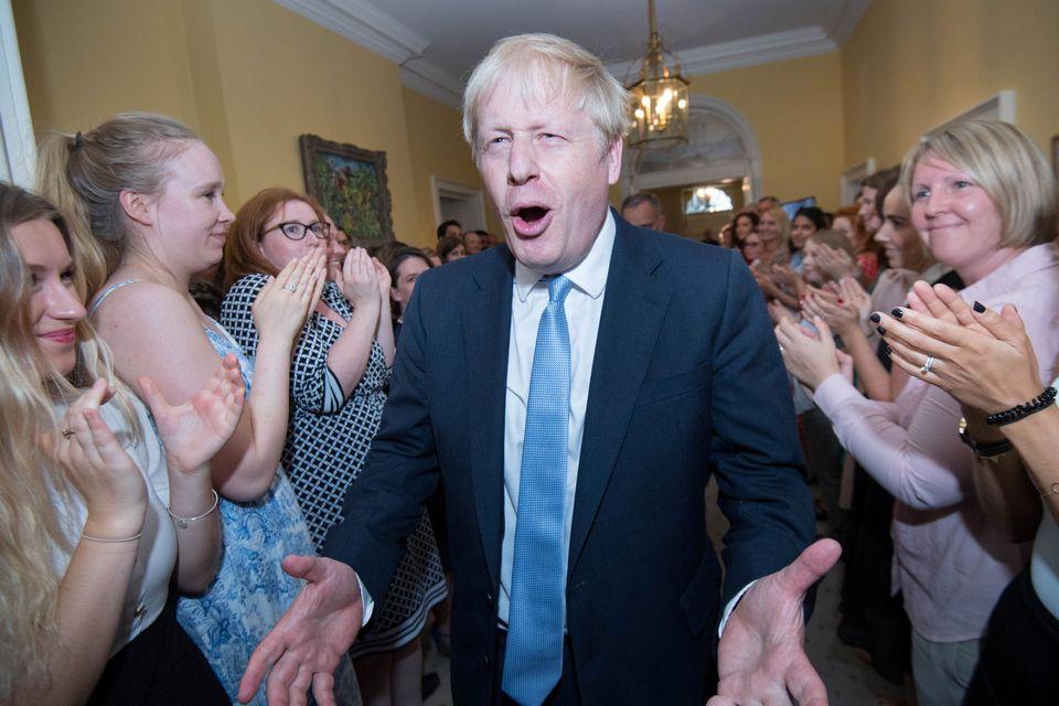 Johnson, recibido en Downing Street tras su visita a la reina Isabel II y tras aceptar su invitación...