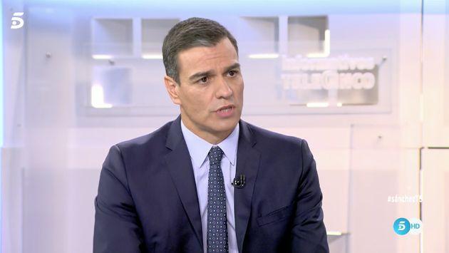 La reacción de Pedro Sánchez cuando Pedro Piqueras ('Informativos Telecinco') le muestra un vídeo con...
