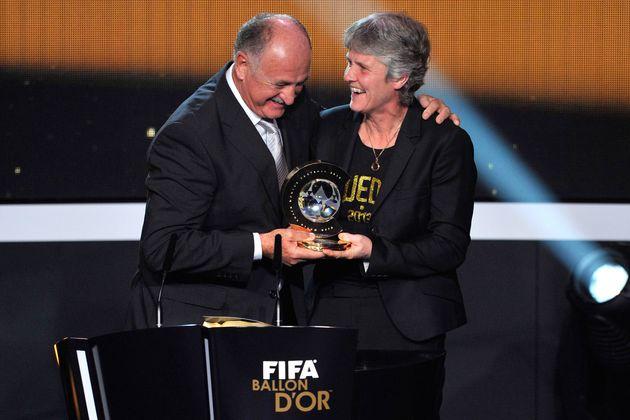 Pia recebeu o prêmio de melhor treinadora do mundo pelas mãos do técnico brasileiro...