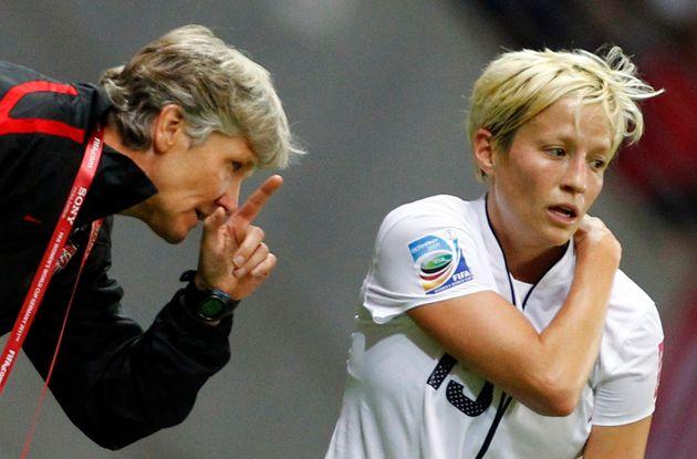 PiaSundhage orienta a craque norte-americana Megan Rapinoe na Copa de 2011, na