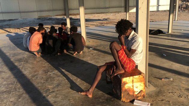 리비아 수도 트리폴리 동쪽 코마스 인근 해안에서 침몰한 목선에서 구조된 이민자들의 모습. 코마스, 리비아. 2019년