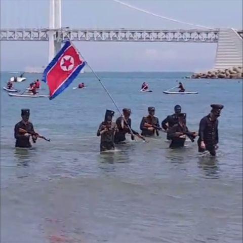 부산 광안리 해수욕장에 북한군복과 인공기가 등장해 경찰이