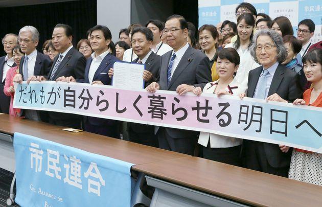 参院選に向けた政策要望書を「市民連合」から受け取り、記念撮影する国民民主党の玉木雄一郎代表(前列左から3番目)ら=5月29日、東京・永田町の参院議員会館