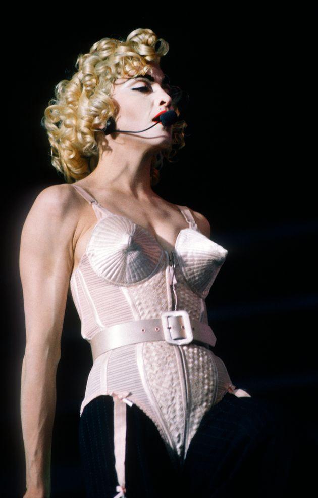 Madonna en plein concert lors de son Blond Ambition Tour, en