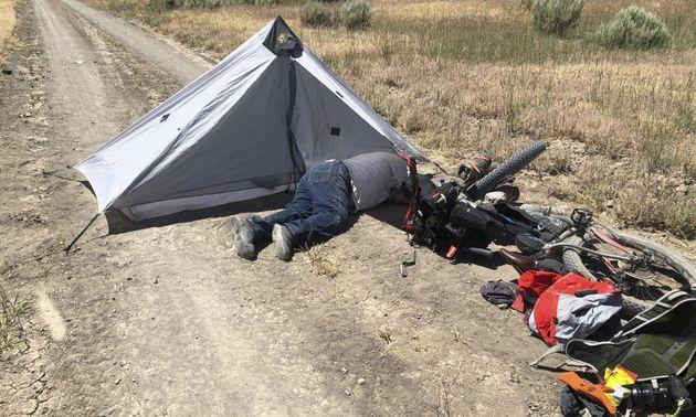 Ποδηλάτης διέσχιζε την έρημο κι έσωσε άνδρα και τα σκυλιά του από βέβαιο