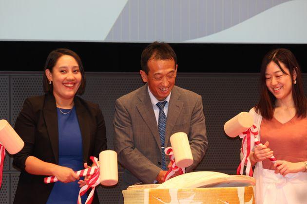 鏡開きで協定調印を祝う。于卓・高級副総裁(左)
