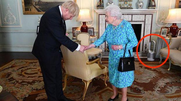 El detalle del que todo el mundo habla en esta foto de Boris Johnson e Isabel
