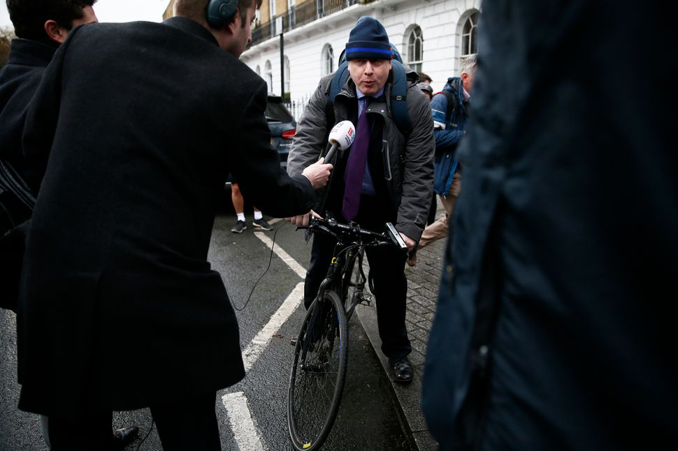 보리스 존슨은 특유의 소탈함과 거침없는 언행 등으로 자신만의 이미지를 구축해왔다.사진은 브렉시트 국민투표를 앞둔 2016년, '탈퇴' 진영 합류를 선언한 보리스 존슨이 자택을 나서며...