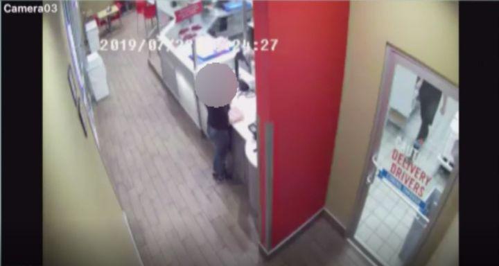 La chaîne CBS4 a obtenu des images captées par la caméra de surveillance, montrant la femme venue demander de l'aide à l'intérieur du restaurant Domino's.