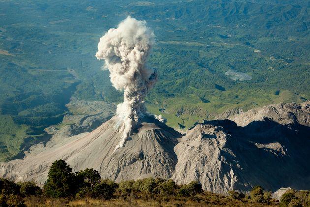 Ινδονησία: Η δραματική στιγμή της έκρηξης ηφαιστείου - Εντρομοι τουρίστες τρέχουν να