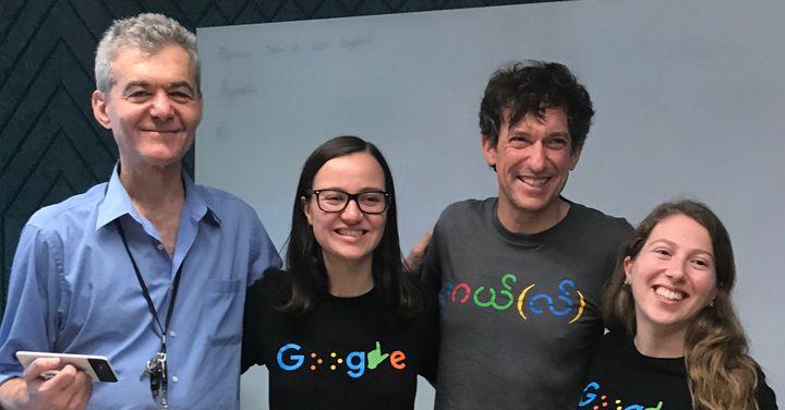 Dimitri Kanevsky est à gauche, smartphone en main, il est aux côtés de trois ingénieurs Google, Laura D'Aquila, Brian Kelmer et Abigaïl Klein.