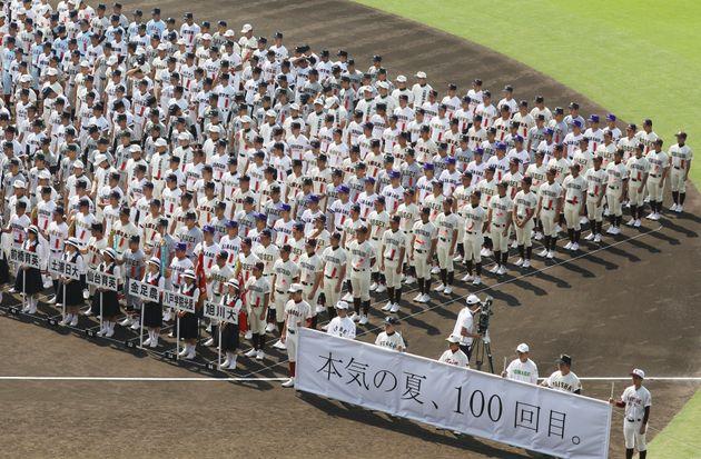第100回全国高校野球選手権大会の開会式で、整列する各校の選手ら