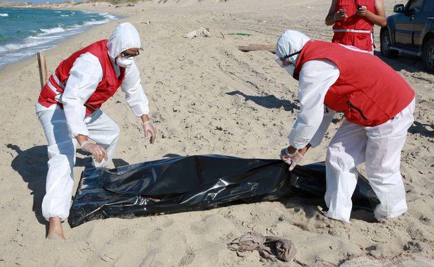 Les secours libyens récupèrent un cadavre sur une plage d'Al Khoms, à 120 km à...