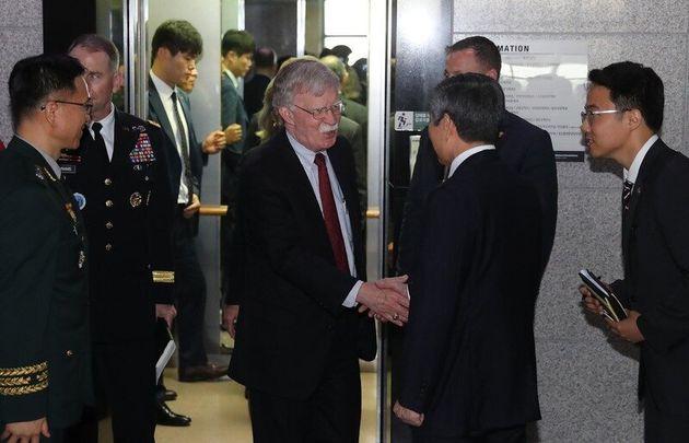 지난 24일 오전 존 볼턴 미국 백악관 국가안보회의 보좌관이 정경두 국방부 장관과 면담을 위해 서울 용산구 국방부를 방문하고 있다. 신소영